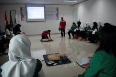 Suasana saat praktik penanganan pasien oleh instruktur kepada peserta