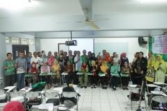 Foto bersama narasumber dan peserta pelatihan e-learning