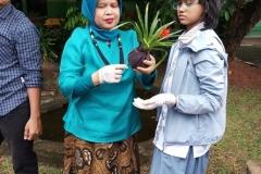 Dosen pertanian Unas, Ir. Etty Hesthiati, M.Si. sedang memberikan pelatihan pengolahan komposting kepada siswa