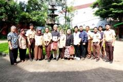 Foto bersama dosen Pertanian Unas, Mahasiswa Pertanian Unas, dan para peserta dalam pelatihan  Pengolahan Komposting Limbah Organik di SMAN 34 (2)