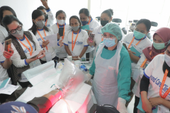 Praktik perawatan luka terhadap pasien oleh narasumber dan dihadiri oleh seluruh peserta CWCCA