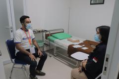 Praktik klinik mahasiswa yang dibimbing oleh narasumber dari WOCARE Indonesia di Lab FIKES