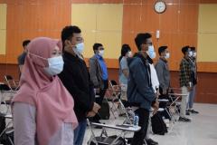 Para peserta pelatihan prakerja sedang menyanyikan lagu Indonesia raya, mars Unas, dan  mars FTKI dalam pembukaan kegiatan