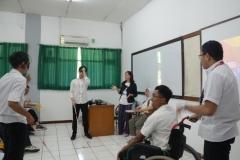 para relawan sedang melakukan praktek