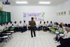 diskusi para relawan yang dibimbing oleh trainer