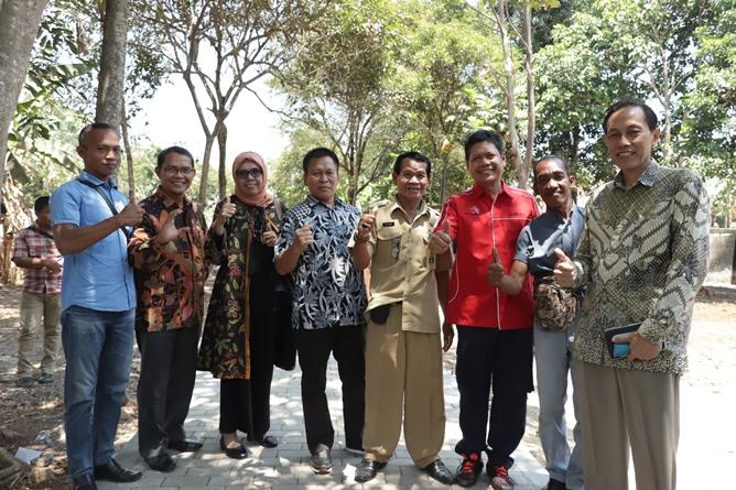 Sesi foto bersama dengan para dosen yang hadir dalam pembukaan acara