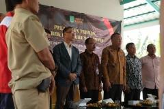 Menyanyikan lagu Kebangsaan Indonesia Raya
