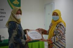 Penyerahan sertifikat kepada mahasiswa terbaik, dalam kegiatan Pelepasan Wisudawan Fakultas Ilmu Kesehatan Semester Ganjil 2020/2021 di Menara II Unas, Ragunan.