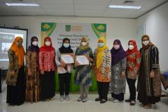 Foto bersama lulusan terbaik dan para dosen FIKES dalam pelepasan wisudawan Fakultas Ilmu Kesehatan Semester Ganjil 2020/2021 di Menara II Unas, Ragunan.