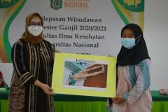Penyerahan sumbangan alumni Ilmu Keperawatan kepada perwakilan Prodi Ilmu Keperawatan, Ns. Naziyah, S.Kep., M.Kep.