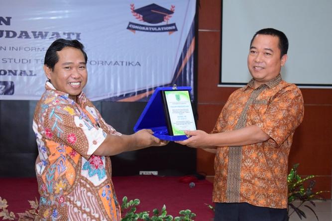 Pemberian penghargaan dari dekan FTKI kepada pak Yatno