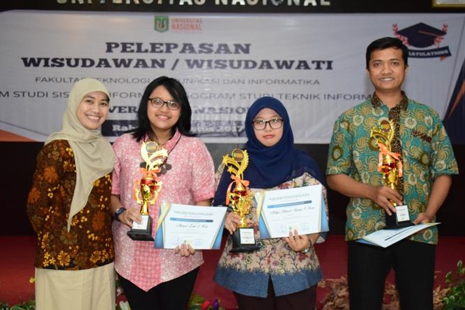 Pemberian penghargaan kepada mahasiswa terbaik FTKI