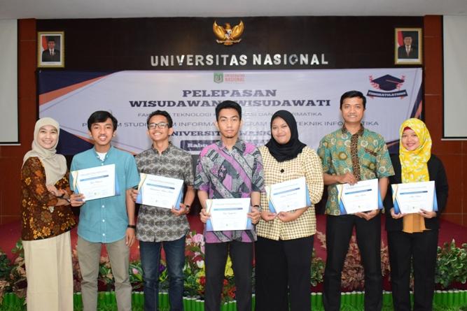 Pemberian piagam penghargaan kepada mahasiswa terbaik kelas reguler dan karyawan dari TI dan SI