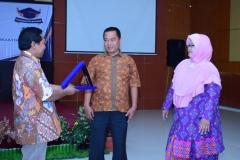 Pemberian piagam penghargaan kepada Bapak Yatno, SE selaku kepala tata usaha FTKI