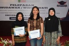 pemberian piagam penghargaan kepada mahasiswi terbai angkatan 2015 FTKI