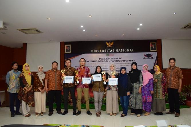 foto bersama dosen dan para wisudawati dan wisudawan terbaik dalam acara pelepasan FTKI