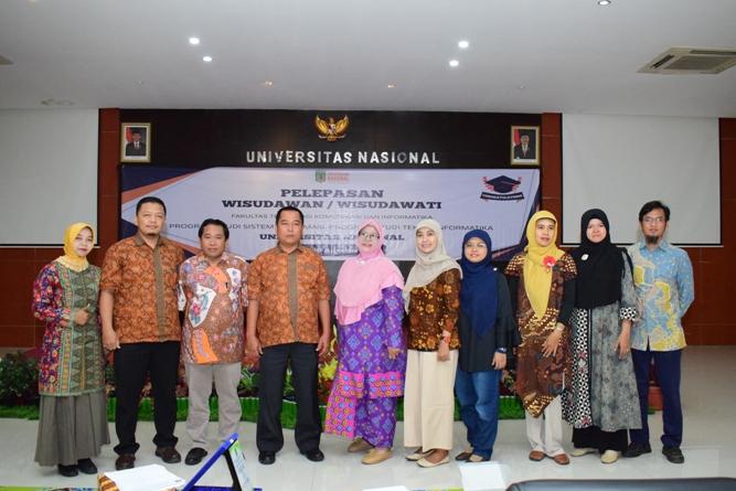 foto bersama dosen dan staff tata usaha FTKI dalam acara pelepasan wisudawan FTKI