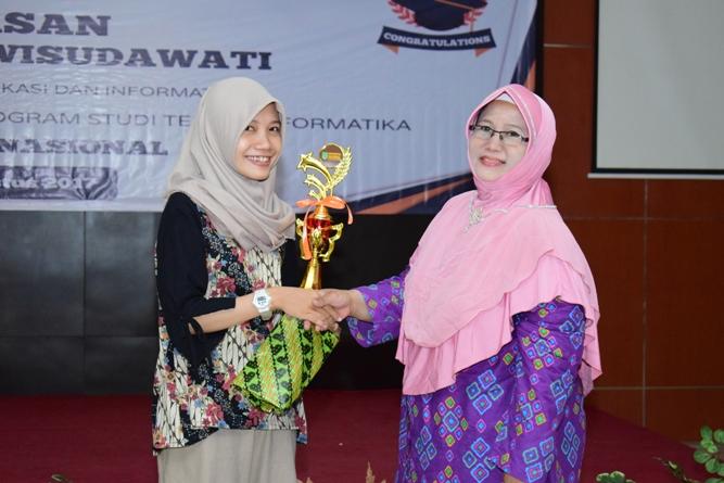 pemberian penghargaan kepada lulusan terbaik FTKI tahun ini oleh Bu Ina