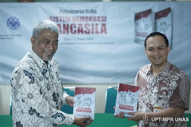 Salah satu penulis Buku Dr. TB. Massa Djafar (Kiri) saat meluncurkan buku Sistem Demokrasi Pancasila di Ruang Seminar Menara 1 Unas, Rabu 11-03-2020