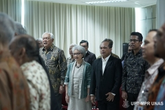 Para tamu undangan saat menyanyikan Indonesia raya