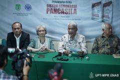 Para penulis buku Sistem Demokrasi Pancasila saat konferensi pers di Ruang Seminar Menara 1 Unas, Rabu 11-03-2020
