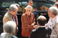 Kedatangan Mantan Wakil Presiden Indonesia ke-6 Jenderal TNI (Purn.) Try Sutrisno  di sambut oleh para pimpinan universitas pada acara Peluncuran Buku Sistem Demokrasi Pancasila di Ruang Seminar Menara 1 Unas, Rabu (11/3)