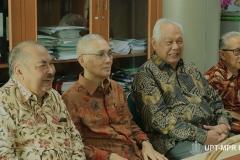 Mantan Wakil Presiden Indonesia ke-6 Jenderal TNI (Purn.) Try Sutrisno (Tengah) saat berada di ruang VVIP bersama dengan tamu undangan