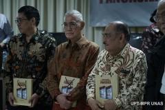 Mantan Wakil Presiden Indonesia ke-6 Jenderal TNI (Purn.) Try Sutrisno (Tengah) saat menerima buku pada acara Peluncuran Buku Sistem Demokrasi Pancasila di Ruang Seminar Menara 1