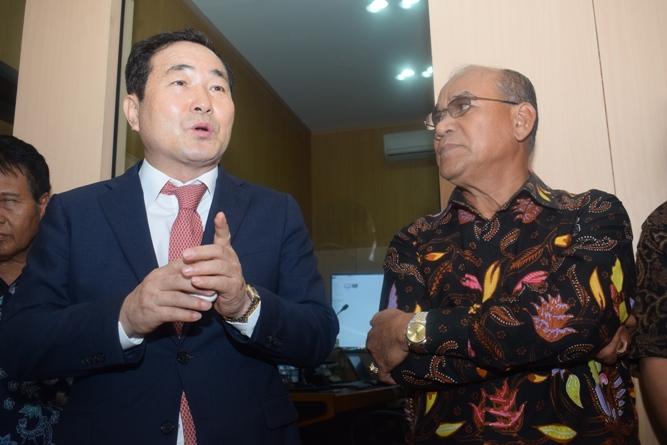 Prof Cho (Kiri) bersama dengan Rektor Universitas  Nasional El Amry Bermawi Putra M.A. (Kanan) menjelaskan tentang Studio Education Incore dan Hybrid Learnig (2)