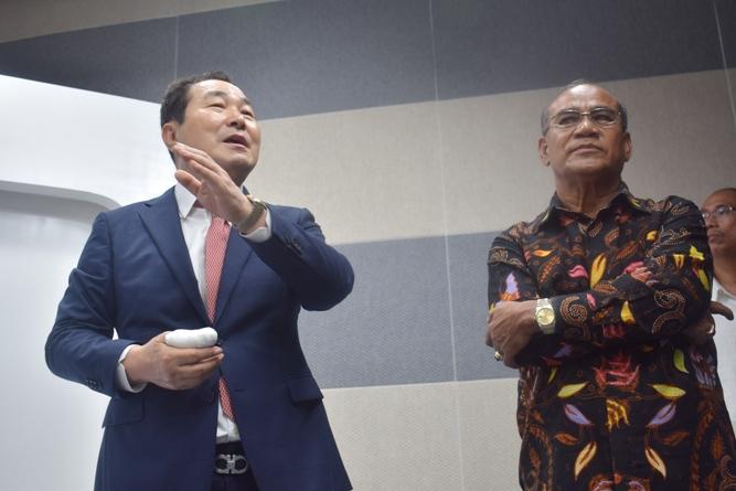 Prof Cho (Kiri) bersama dengan Rektor Universitas  Nasional El Amry Bermawi Putra M.A. (Kanan) menjelaskan tentang Studio Education Incore dan Hybrid Learnig (5)
