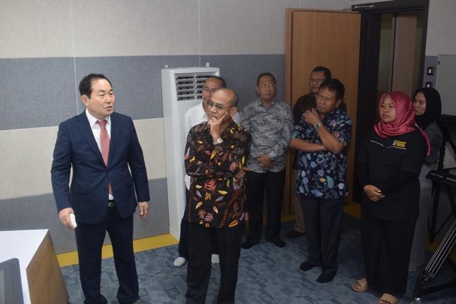 Warek Bidang Administrasi Eko Sugiyanto (Kiri)  Rektor Universitas Nasional El Amry Bermawi Putra M.A (Tengah) dan Prof Cho (Kanan) membahas kecanggihan studio 2