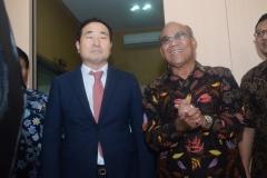 Prof Cho (Kiri) bersama dengan Rektor Universitas  Nasional El Amry Bermawi Putra M.A. (Kanan) menjelaskan tentang Studio Education Incore dan Hybrid Learnig (4)