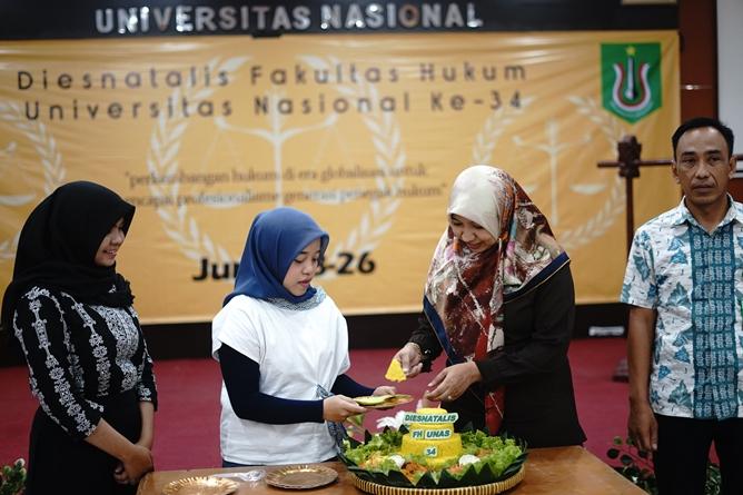Pemotongan tumpeng yang dilakukan oleh Wakil Dekan Fakultas Hukum Ummu Salamah, S.Ag., M.A. sebagai tanda dies natalis fakultas hukum ke 34.  di Aula Blok 1 lantai 4 UNAS, Selasa (18/6)