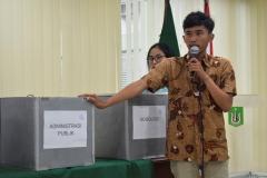 ketua pelaksana Komisi Pemilihan Himpunan, Iqbal Raihan sedang memandu perhitungan suara, pada pemilihan ketua himpunan FISIP, di Ruang Seminar UNAS, Selasa (30-4) (2) jpg
