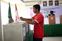 mahasiswa sedang memasukkan kertas suara ke kotak suara, pada pemilihan ketua himpunan FISIP, di Ruang Seminar UNAS, Selasa (30-4) (2)jpg