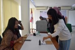 mahasiswa sedang mencelupkan tinta usai memilih, pada pemilihan ketua himpunan FISIP, di Ruang Seminar UNAS, Selasa (30-4) (2)