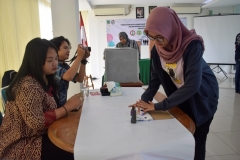 mahasiswa sedang mencelupkan tinta usai memilih, pada pemilihan ketua himpunan FISIP, di Ruang Seminar UNAS, Selasa (30-4) (3) jpg