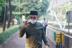 Rektor Universitas Nasional Dr.Drs. El Amry Bermawi Putera, M.A. saat akan melakukan sholat idul adha di masjid sutan takdir alisjahbana