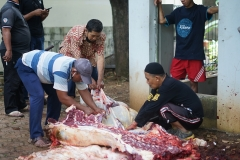 Proses pemotongan hewan qurban oleh karyawan Universitas Nasional di area Masjid Sutan Takdir Alisjahbana, Jumat, (31/7).