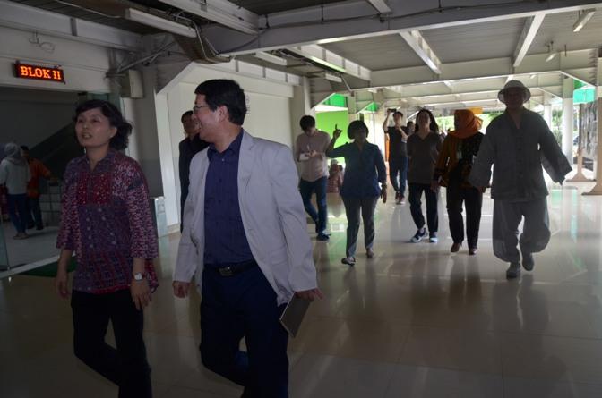 Delegasi Kyungpook Berkeliling Gedung Universitas Nasional