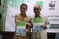 Rektor UNAS Dr. Drs. El Amry Bermawi Putera M.A. (Kanan) dan Chief Executive Officer WWF Indonesia Rizal Malik (kiri) pada penandatangan kerjasama UNAS dengan WWF Indonesia, Jakarta, 22 Maret 2019