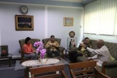 Rektor UNAS Dr. Drs. El Amry Bermawi Putera M.A. berdiskusi dengan WWF Indonesia sebelum proses penandatangan MoU dilaksanakan, di ruang Rektor UNAS, Jakarta, 22 Maret 2019