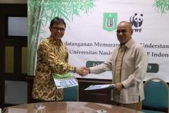 Rektor Universitas Nasional Dr. Drs. El Amry Bermawi Putera M.A. (Kanan) dan Chief Executive Officer WWF Indonesia Rizal Malik (Kiri) berjabat tangan setelah penandatangan MoU selesai
