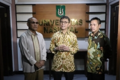 Rektor UNAS Dr. Drs. El Amry Bermawi Putera M.A. (Kiri), Chief Executive Officer WWF Indonesia Rizal Malik (Tengah), Ketua Pusat Pengajian Islam (PPI),Dr. Fachruddin Mangunjaya (Kanan) dalam acara penandatangan MoU (1)