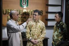 Rektor UNAS Dr. Drs. El Amry Bermawi Putera M.A. (Kiri),Chief Executive Officer WWF Indonesia Rizal Malik (Tengah),Ketua Pusat Pengajian Islam (PPI),Dr. Fachruddin Mangunjaya (Kanan) dalam acara penandatangan MoU (1)