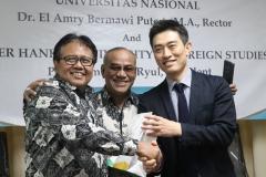 Foto Bersama - Rektor UNAS Dr. El Amry Bermawi Putera M.A., Warek 2 Prof. Dr. Drs. Eko Sugiyanto M.Si dan delegasi Hankuk University