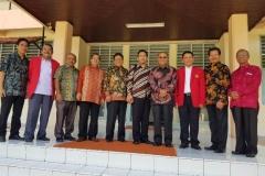 Foto Bersama Rektor Universitas Nasional Dr. El Amry Bermawi Putera, M.A.,  Warek II Dr. Eko Sugiyanto, M.Si., Dekan Sastra Drs Somadi, M.Pd dengan segenap pimpinan Universitas Hasanuddin (3)