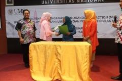 Pewakilan UNAS dan UMS Berjabat tangan
