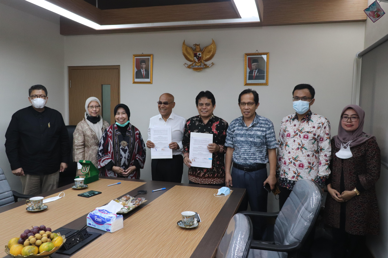 Foto bersama setelah Penandatanganan MoU Universitas Nasional dan Institut Teknologi dan Bisnis Ahmad Dahlan pada Kamis 10 Juni 2021 di Ruang 108 UNAS