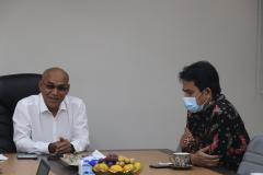 (Kiri-kanan) Rektor Universitas Nasional Dr. El Amry Bermawi Putera, M.A. dan Rektor Institut Teknologi dan Bisnis Ahmad Dahlan Dr.  Mukhaer Pakkanna, S.E., M.M.